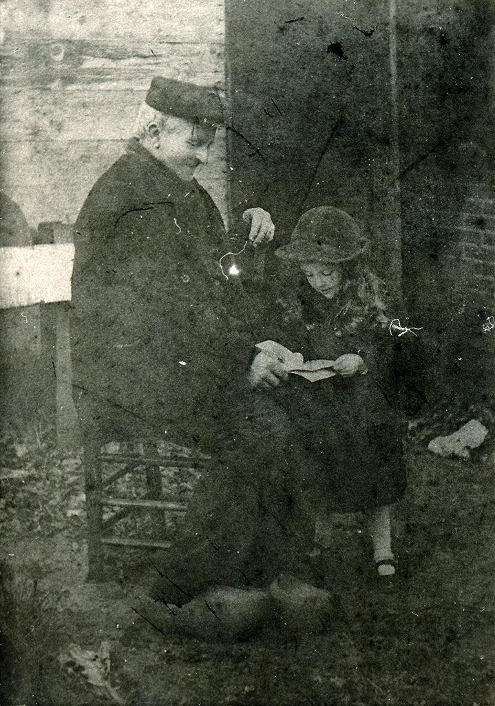 Harmen Vos in 1913. Het meisje is - volgens de aantekening in het plakboek - Fientje Matson (archief Gerard Koekkoek).