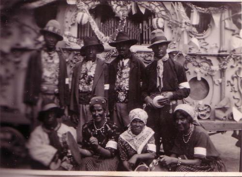 Met het orgel verkleed als zigeuners, 1927 © Gerard Koekkoek