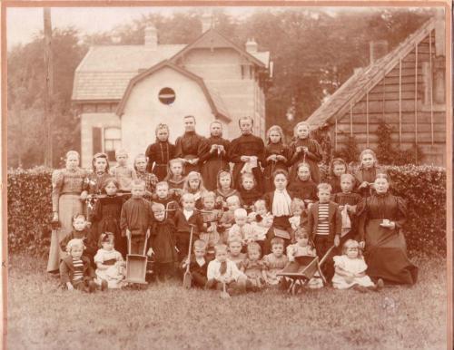 Foto: Bewaarschool Chr Gemeente bij Toon de Jong, 1908
