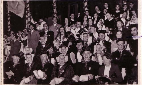 Dansgroep de Klepperman van Elleven in Bari Italië, 1953