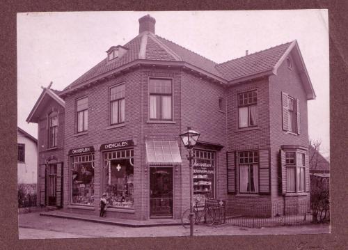 Nieuweweg Drogisterij Ufkes 1910 met jonge Koekkoek