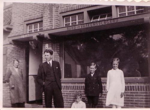 Voor slagerij Koekkoek, 1932